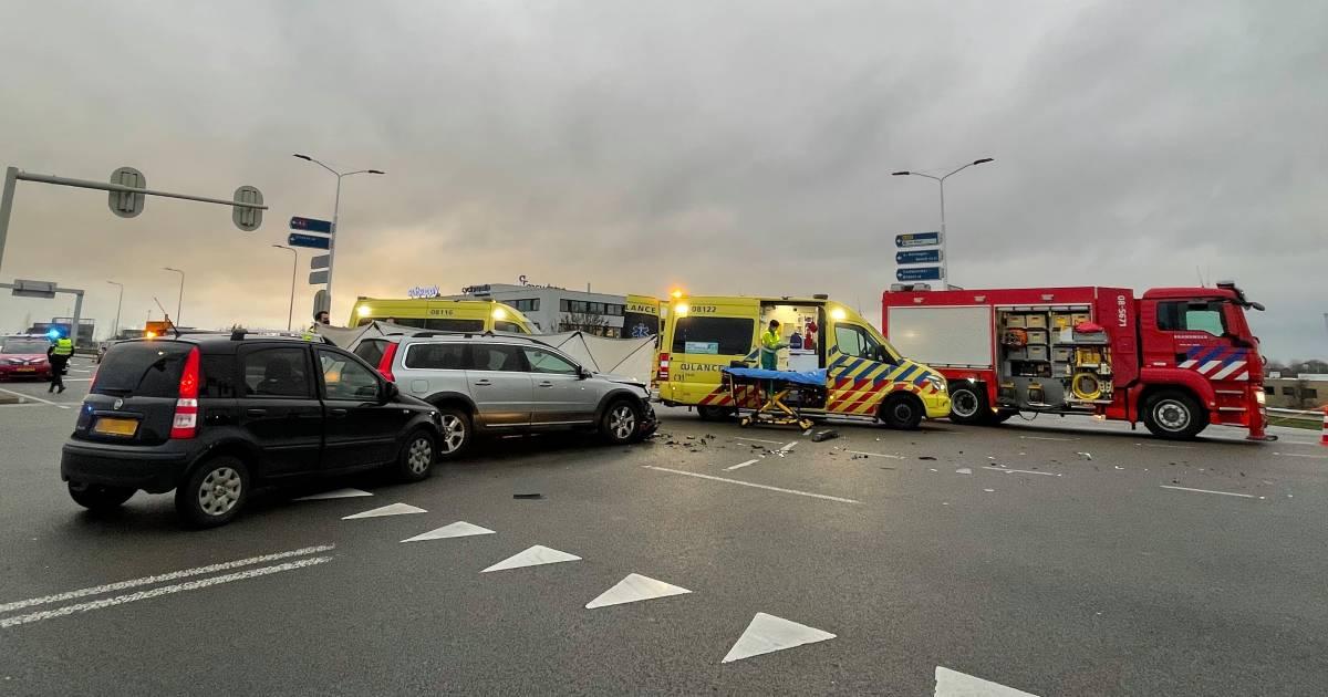 Dode bij ernstig ongeluk met drie auto's op N322 in Zaltbommel.
