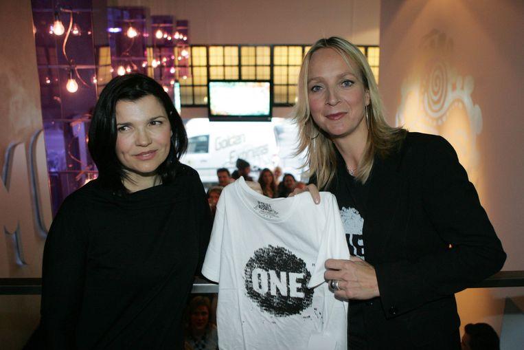 Floortje Dessing en Ali Hewson, de echtgenote van Bono, lanceren de t-shirtlijn ONE in Dessings winkel Nukuhiva in Amsterdam. De opbrengst van de t-shirts gaat naar aidsbestrijding. Beeld ANP