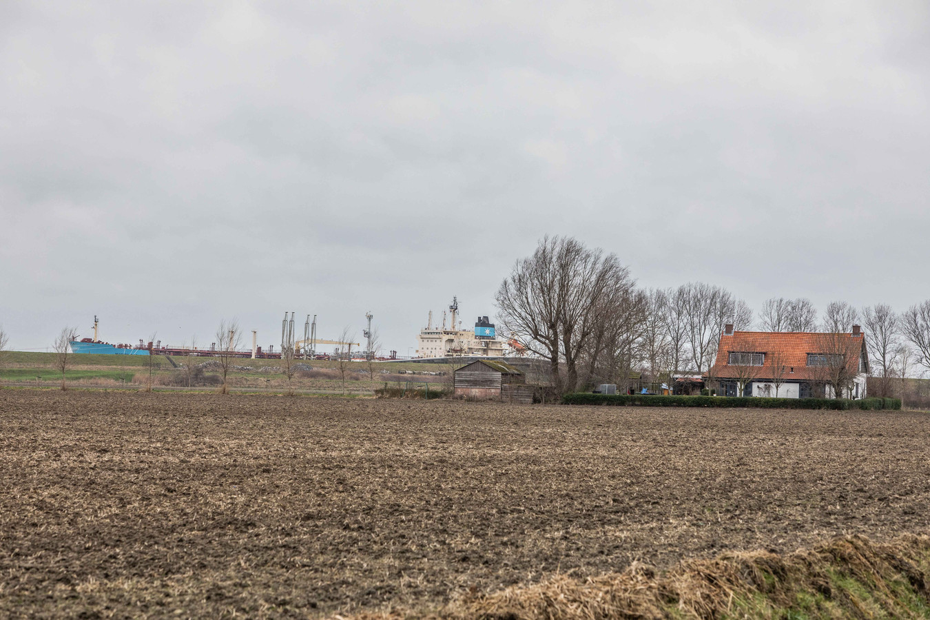 Vlak buiten het dorp Borssele ligt de steiger van Zeeland Refinery.  Dit is een van de bronnen van geluidsoverlast.
