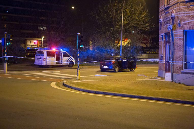 De doorzeefde auto na de schietpartij.