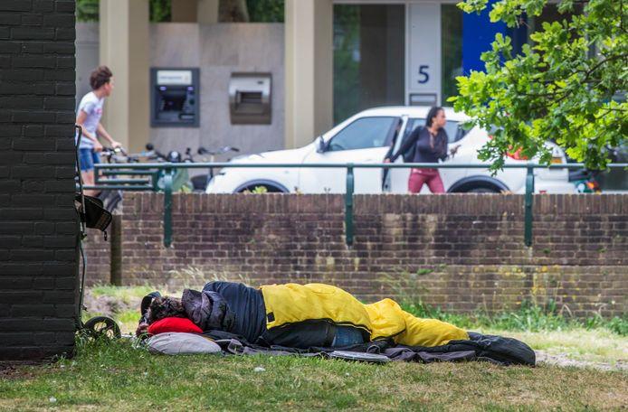 Daklozen overnachten rondom het Centraal Station, zoals hier op de Bezuidenhoutseweg bij het Centraal Station.