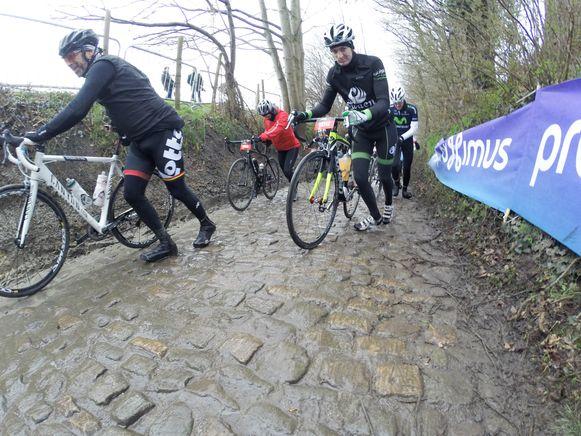 Archiefbeeld - Op zaterdag 6 april rijden de wielertoeristen hun Ronde van Vlaanderen.