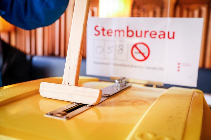 Sommige stembureaus blijven vanwege de drukte langer op.