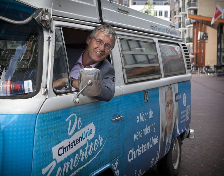 ChristenUnie-lijsttrekker Arie Slob in het VW Campagnebusje in het centrum van Harderberg. Beeld anp