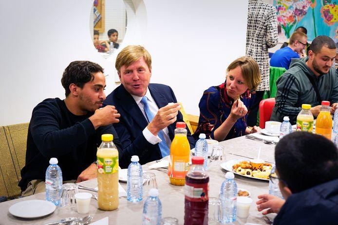 Koning Willem-Alexander woont een iftar-ontmoeting bij voor buurtbewoners van de wijk Transvaal in buurthuis Mandelaplein in Den Haag.