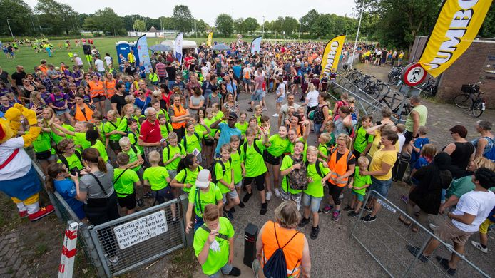 De eerste avond van de wandelvierdaagse in Nijverdal, die ruim 2.500 deelnemers telt.