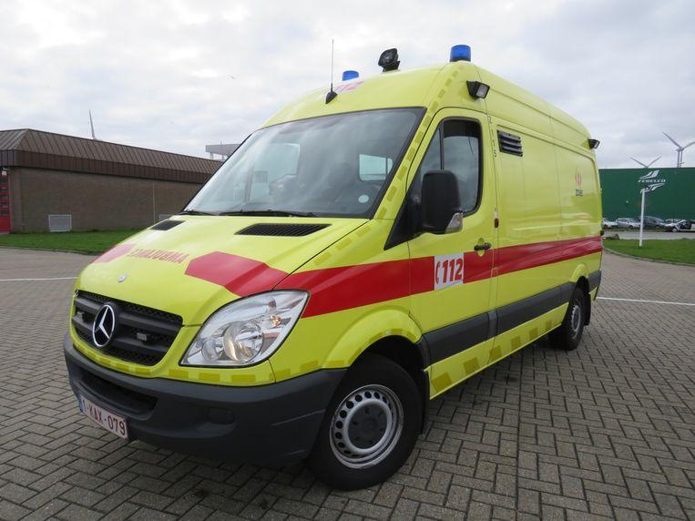 De man werd verzorgd in de ambulance.