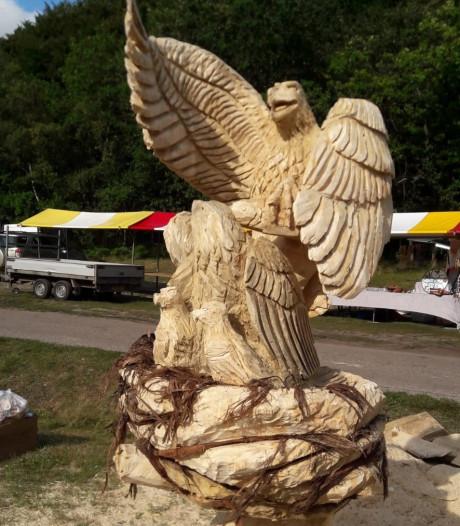 Prijs voor adelaar met kuikens op NK Carving in Lage Vuursche