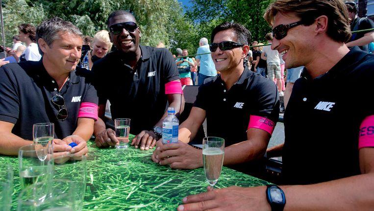 Ruud Brood, Regilio Vrede, Michael Mols en Martijn Reuser (VLNR) op de voetbalboot van de KNVB die meevaart op de Gay Pride. Beeld anp