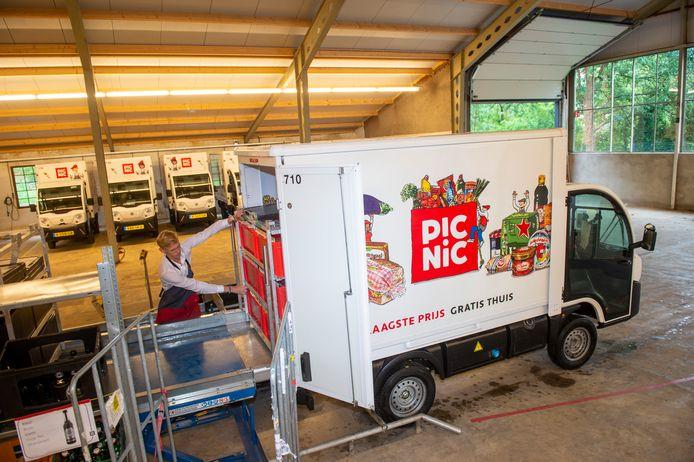Het depot van online supermarkt Picnic aan Kanaal Noord in Apeldoorn. Foto archief