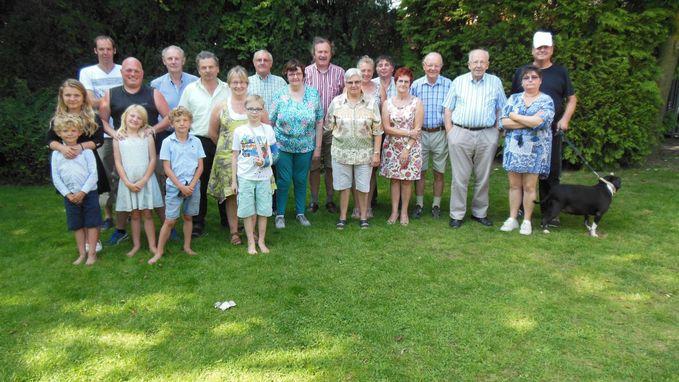 Warme buren vieren samen gezellig feest