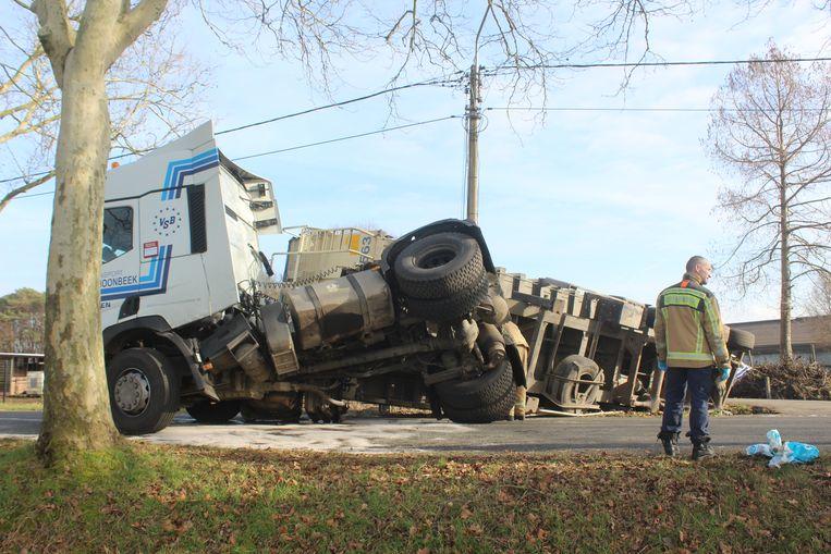 Voor de tweede keer op geen jaar tijd kantelde op dezelfde plek een truck in de gracht