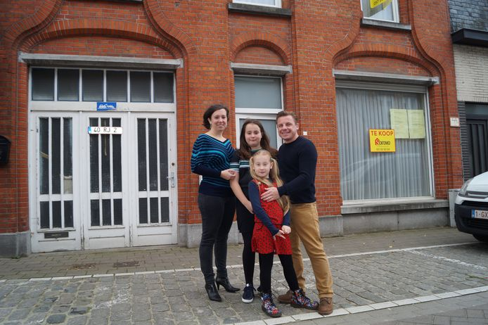 Gits krijgt er een nieuwe frituur bij dankzij  Dieter Hoornaert (38) en zijn vrouw Katrien Lepoutre. Hier samen met de kindjes Laura (8) en Elena (11).