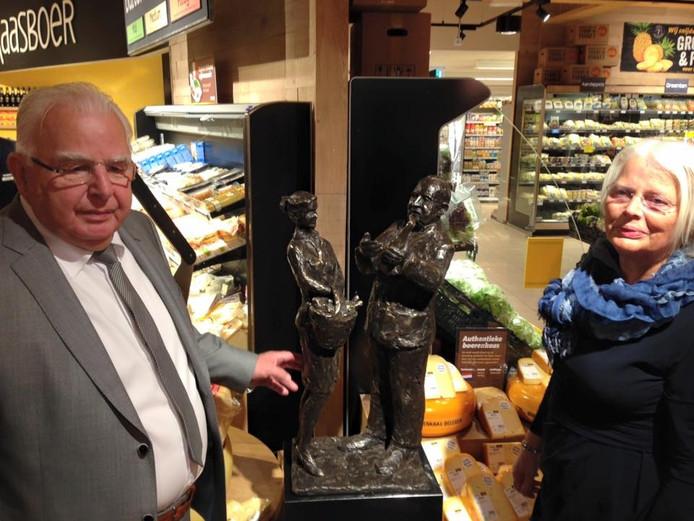 Jan en Gonny Kuipers bij het beeld in de winkel.