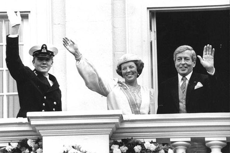 Vanaf het balkon van het paleis Noordeinde zwaaien de jonge prins Willem-Alexander, koningin Beatrix en prins Claus naar het publiek. (ANP) Beeld