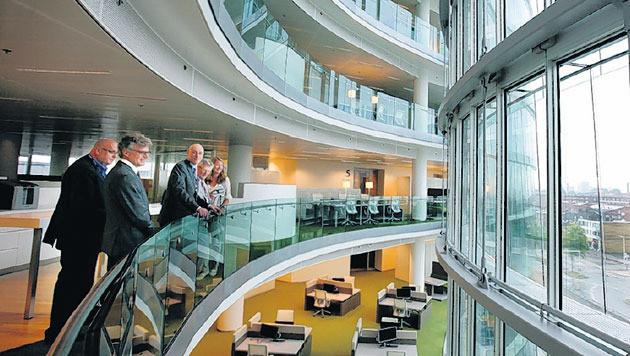 Rabobankdirecteuren bekijken de eerste ingerichte verdiepingen van de Verrekijker. FOTO SHODY CAREMAN