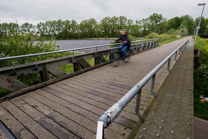 Een van de voormalige spoorbruggen, die nu dienst doet als fietsbrug.