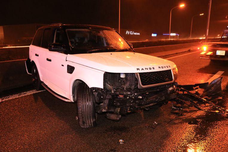 De wagen raakte zwaar beschadigd na de crash tegen de betonnen middenberm.