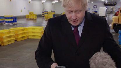 Reporter toont Boris Johnson foto zieke kleuter, premier pakt telefoon af en steekt hem in zijn zak