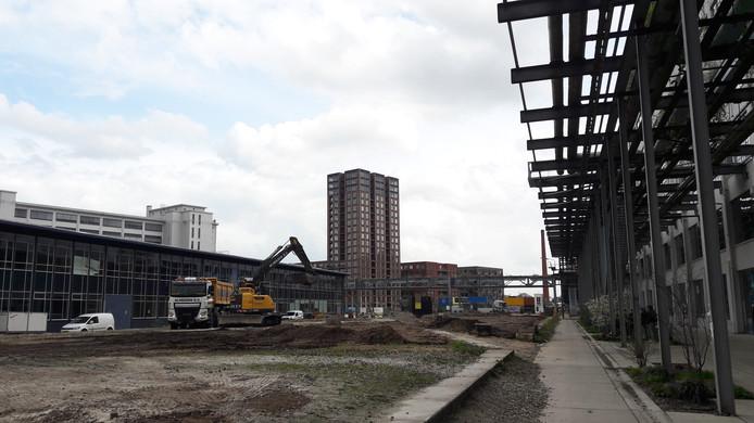 Op Strijp-S in Eindhoven zijn de voorbereidingen begonnen voor de sanering van de grond onder de nieuwbouw van Haasje Over over Area 51 (links).