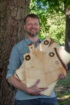 Dave maakt broodplankjes van gekapte kastanjes langs het exercitieveld in Woerden
