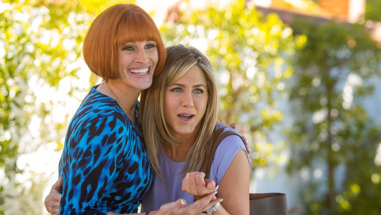 Julia Roberts (r) en Jennifer Aniston in Mother's Day. Beeld