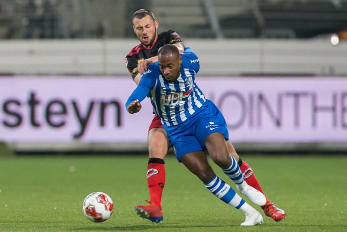Thomas Oude Kotte van Excelsior in duel met Alvin Daniels van FC Eindhoven