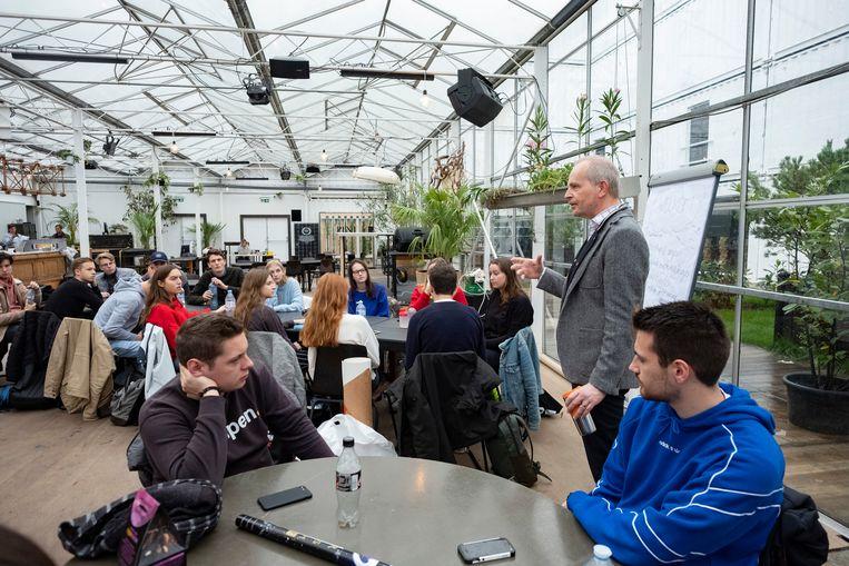 Meer dan 150 studenten KMO-Management aan de Karel de Grote Hogeschool (KdG) krijgen de komende maanden les in Plein Publiek, een Antwerpse hotspot voor evenementen met een bar in een serre.