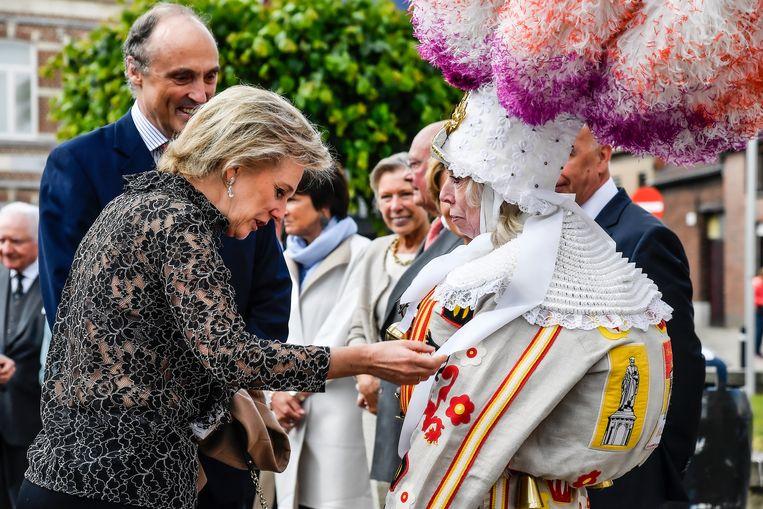 Prinses Astrid in gesprek met Marleen Meert van de Aalsterse Gilles.