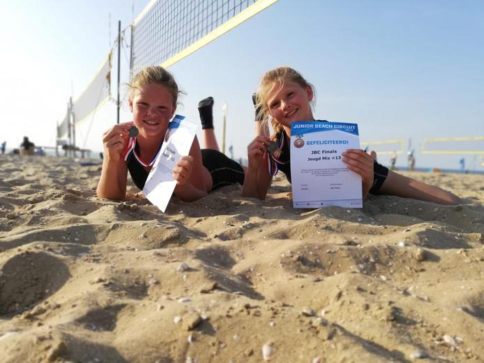 Jet en Roos kregen een medaille en een certificaat.