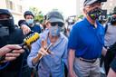 La sénatrice démocrate du Massachusetts Elizabeth Warren se joint aux manifestants qui se rassemblent devant la Maison Blanche pour la cinquième journée consécutive afin de protester contre la mort de George Floyd.