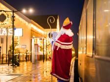 Sint neemt een kijkje in Arkels 'kerststationnetje'