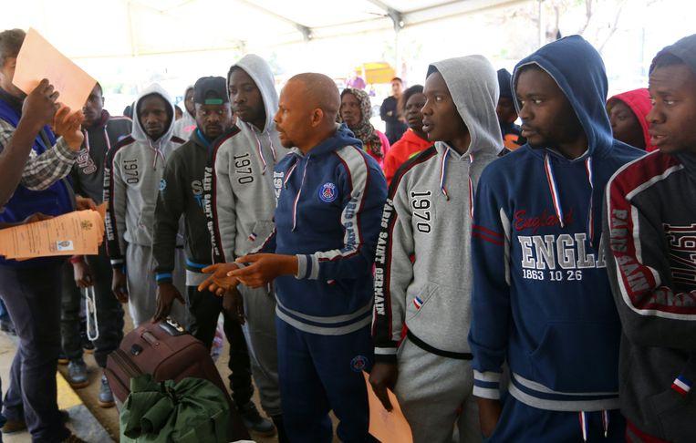 Nigeriaanse terugkeerders staan klaar voor de speciale chartervlucht uit Libië.  Beeld ANP