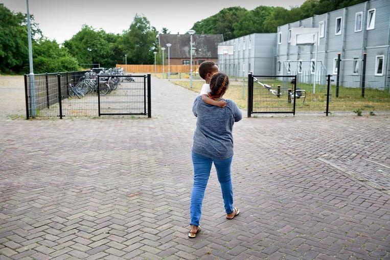 Moeder en kind in asielzoekerscentrum Gilze.  Beeld Hollandse Hoogte / Ton Toemen