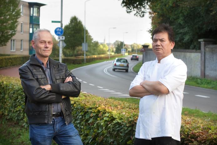 Rob Elferink (links) bij de Doesburgsedijk samen met eigenaar Xiang wei Shi van Chinees restaurant Mijn Vriend, die hem steunt bij zijn strijd voor het openhouden van de Doesburgsedijk.
