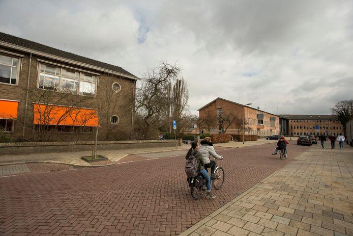 De sfeer is al langer gespannen op het plein voor de verschillende scholen aan Isendoornstraat.