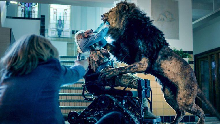In Prooi blijkt de moordenaar van een boerengezin een bloeddorstige leeuw te zijn, die Amsterdam terroriseert. Beeld screenshot
