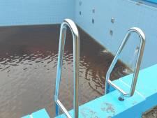 Eerste water in vernieuwd wedstrijdbad van zwembad Wolfslaar. Alleen het is wel bruin...