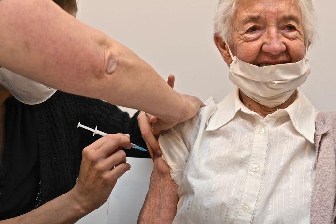 Jenny Haezebrouck (89) ontvangt het vaccin met de glimlach.