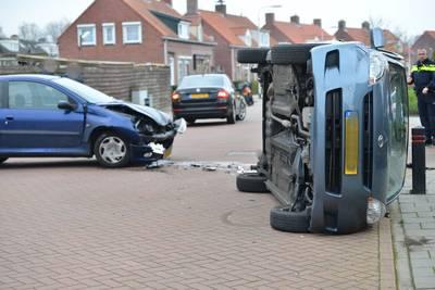 Auto belandt op zijkant bij botsing in Zundert