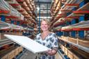 """Eigenaar/directeur Grietje Klompenmaker van het bedrijf in systeemwanden en systeemplafonds Wanpla in Kampen. ,,Wij maken alles zelf."""""""