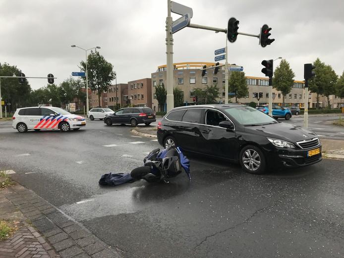 Een motorrijder raakte gewond zaterdagochtend bij een botsing met een auto.