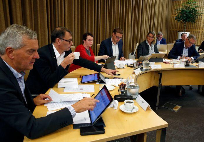De wethouders van Terneuzen in de gemeenteraadszaal, bij aanvang van de nieuwe raadsperiode 2018-2022, tweede van rechts de teruggetreden wethouder Paula Stoker.