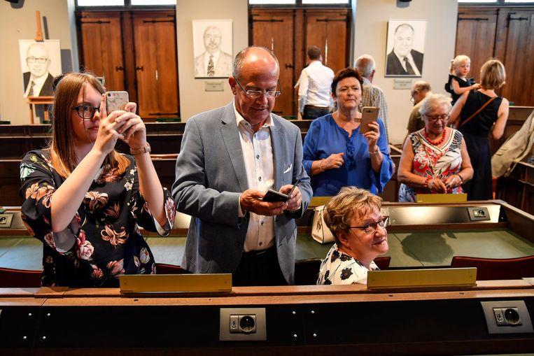 In de raadszaal hangen er nu portretten van alle burgemeesters die de stad gekend heeft sinds de fusie in 1976.