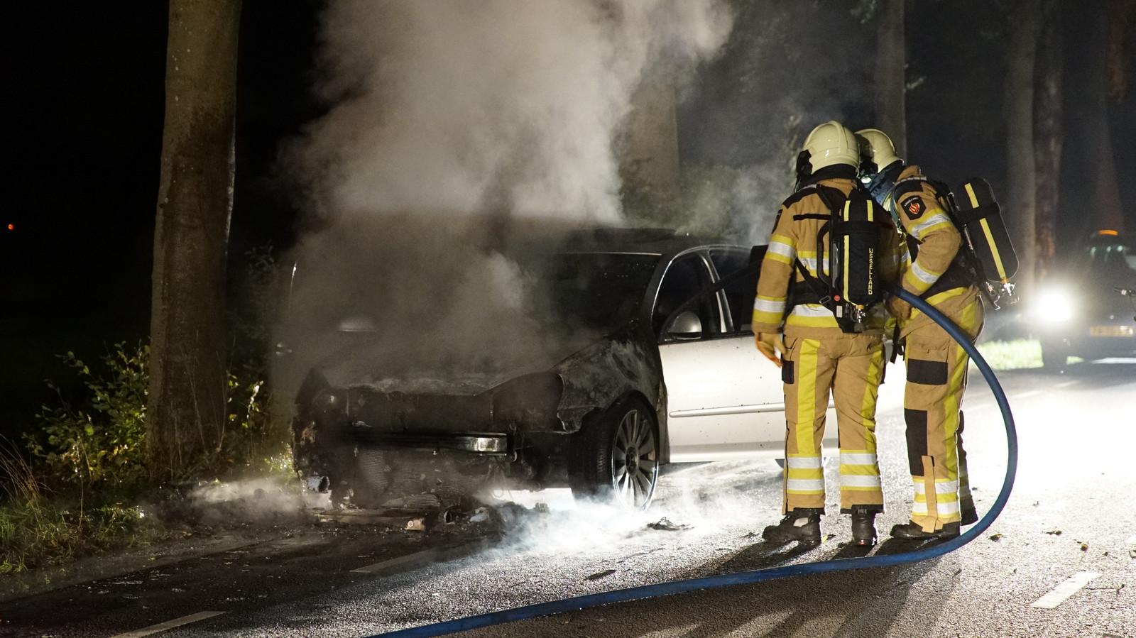 De auto zou plotseling onder de motorkap vlam hebben gevat.