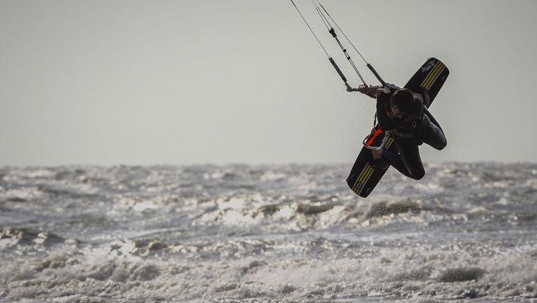 Een kitesurfer in actie. Beeld epa
