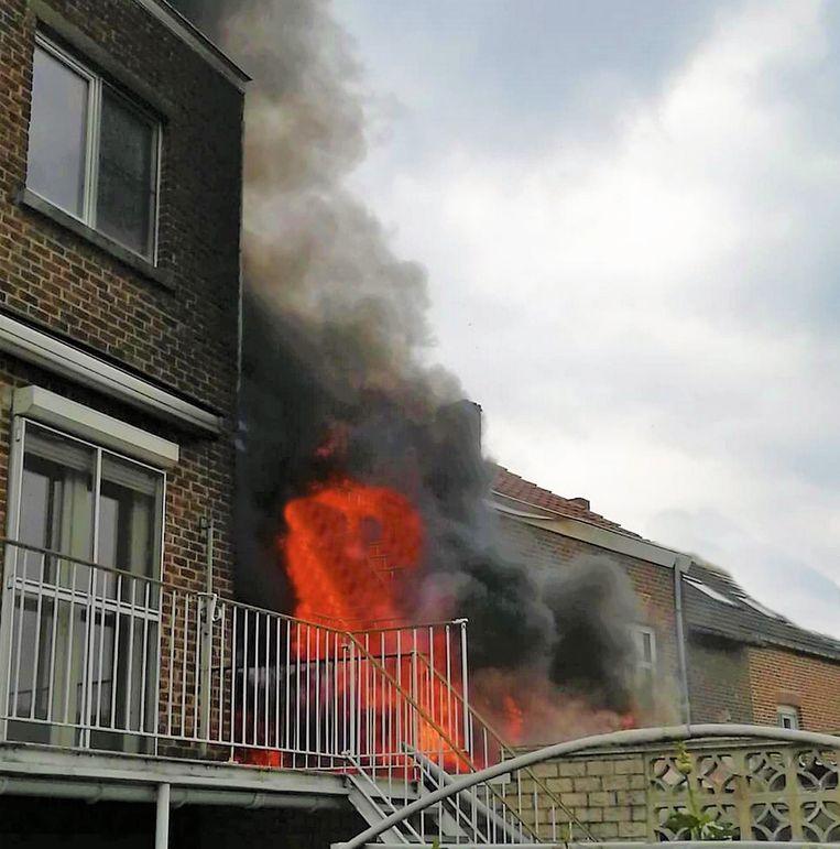 De vlammen sloegen aan de achterkant uit het gebouw
