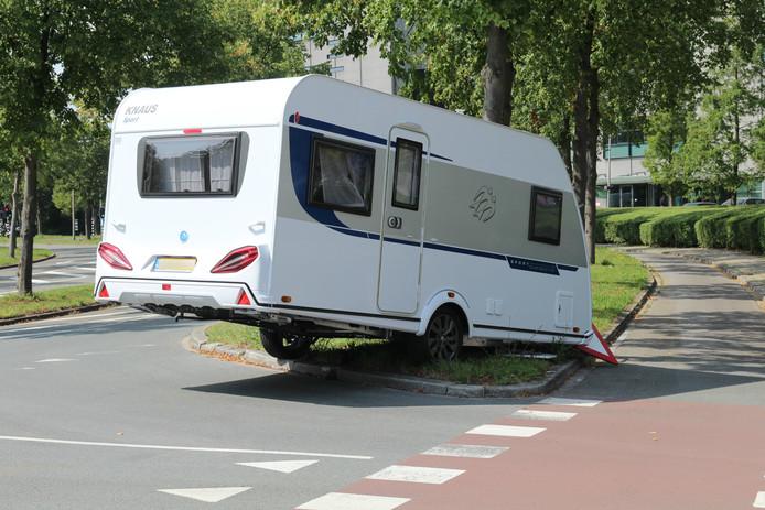 De caravan schoot los en raakt een verkeersbord