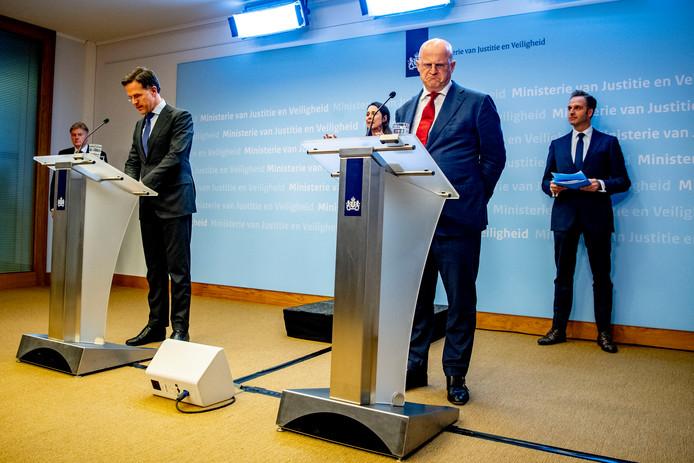 De persconferentie, maandagavond in Den Haag.
