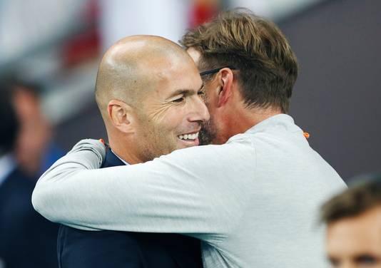 Jurgen Klopp omhelst Zinedine Zidane.
